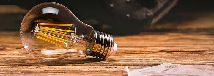 светодиодная лампа на столе