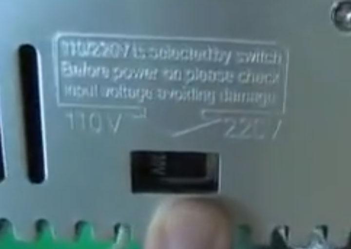 переключатель напряжения 110 и 220В сбоку блока питания