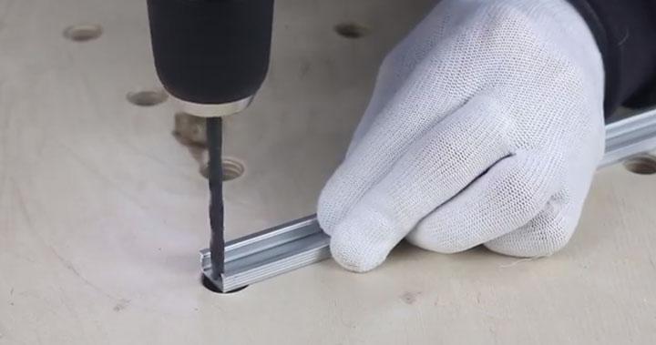 подготовка отверстия в профиле под выход проводов питания светодиодной ленты
