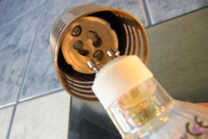 как заменить лампочку GU10 в подвесном потолке