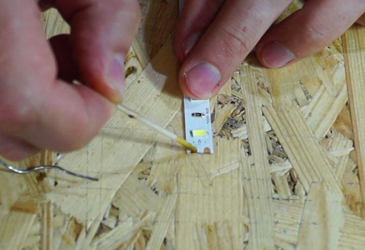 нанесение флюса на контакты светодиодной ленты
