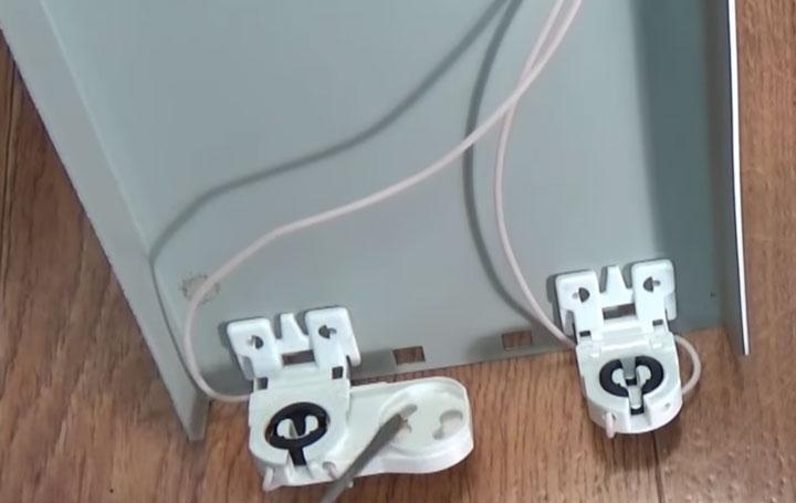 питание отдельными проводами каждого патрона люминесцентной лампы