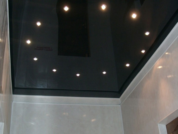 расстояние от крайнего шва пленки натяжного потолка до светильника