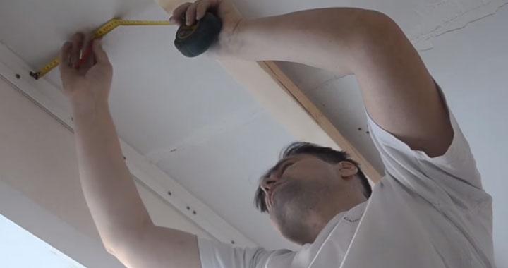разметка расположения светильников по потолку с помощью рулетки