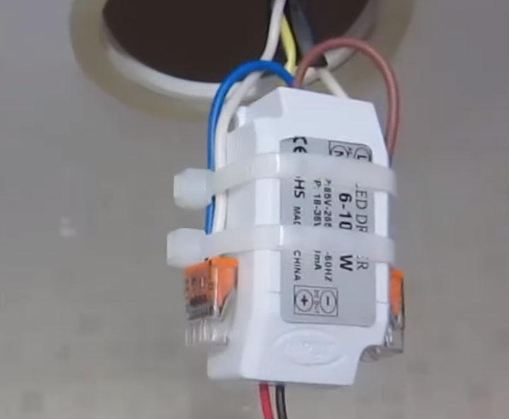 куда и за что закрепить драйвер светильника в натяжном потолке