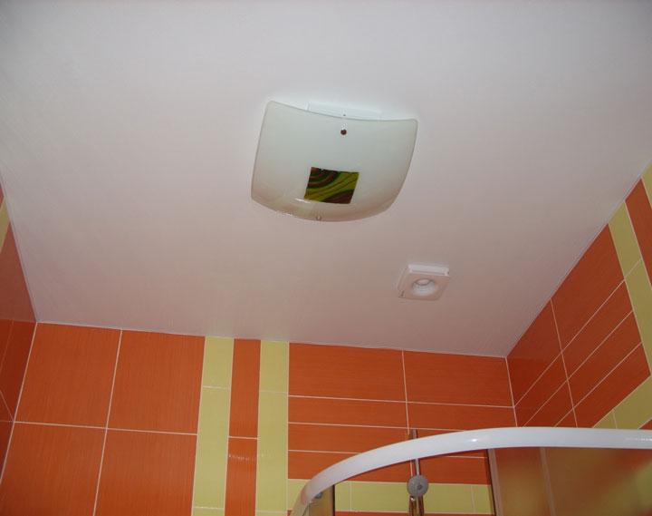 большой светильник по центру ванной