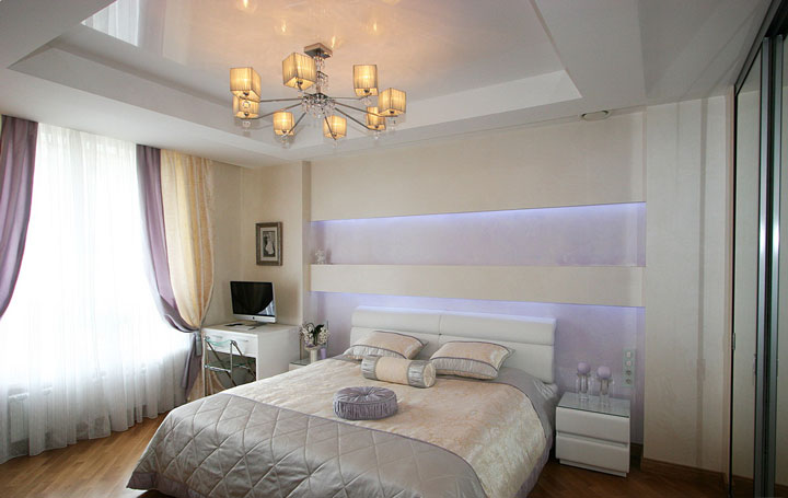 люстра по центру комнаты в спальне
