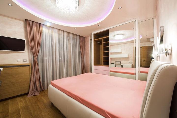 светодиодной освещение с люстрой по центру комнаты
