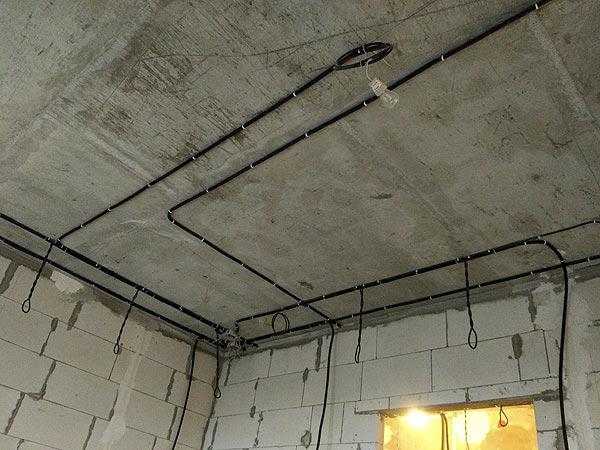запас кабеля в виде петли под каждый точечный светильник