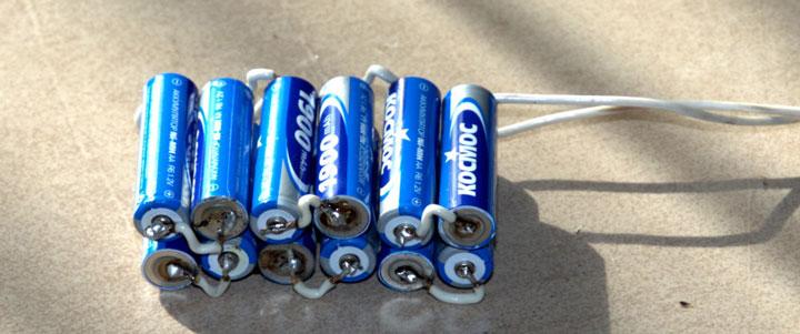 сборка спаянных вместе батареек для подключения светодиодной ленты