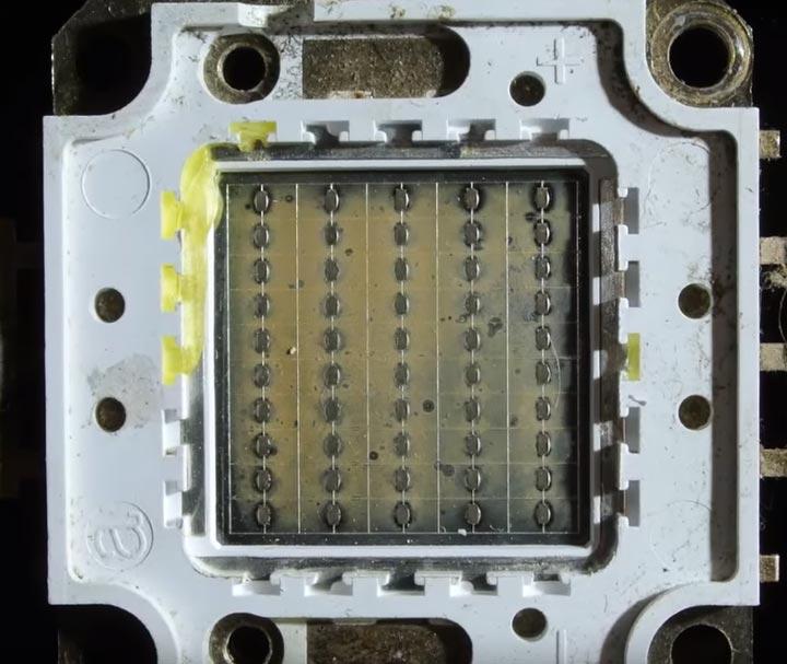 металлическая пластина для отвода тепла со светодиодной матрицы прожектора