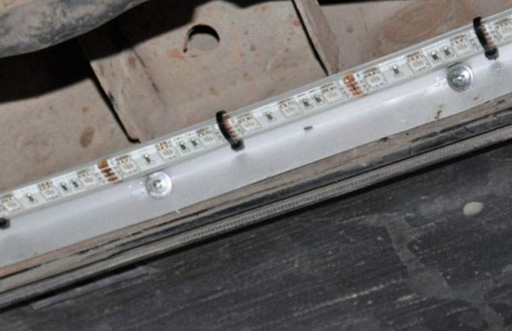 как закрепить светодионую ленту на днище машины под кузовом