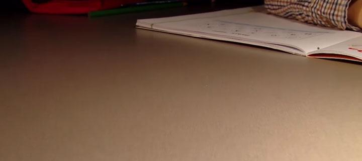 каким должен быть рабочим стол у школьника и настольная лампа
