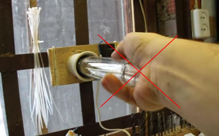 почему нельзя лампы днат закручивать голыми руками