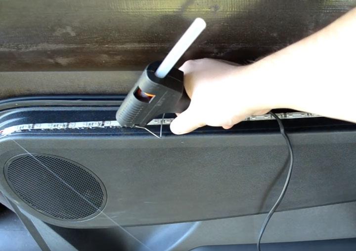 применение термоклея для наклейки светодиодной ленты в автомобиле