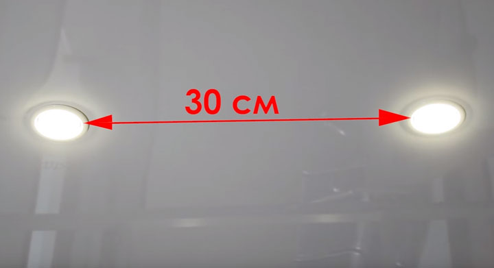 минимальное расстояние между точечными светильниками между собой