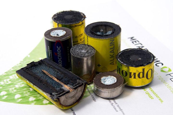 алкалиновую батарейку можно выбрасывать в мусорное ведро