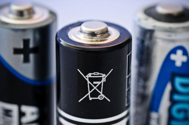 значок запрета выбрасывать батарейки в мусорку