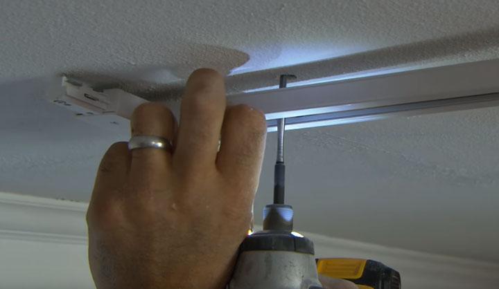 как закрепить и установить на потолок трек шинопровода светильника