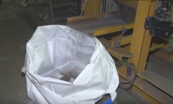 расфасовка элементов после переработки батареек на заводе утилизации
