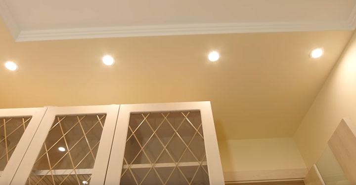 светильники над верхними шкафчиками кухни