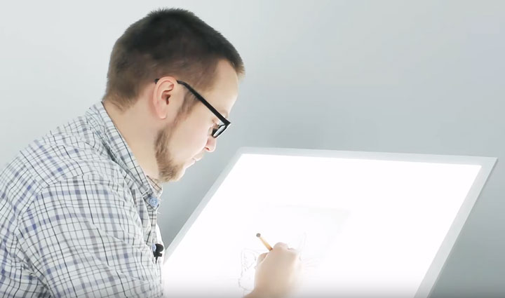 применение лед панели как стол для художника аниматора