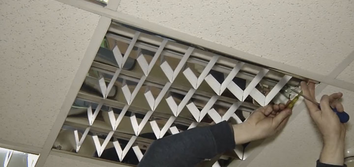 демонтаж декоративной решетки при замене люминесцентного светильника