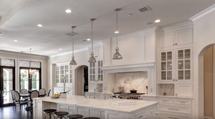 два ряда точечных светильников на потолке в кухне