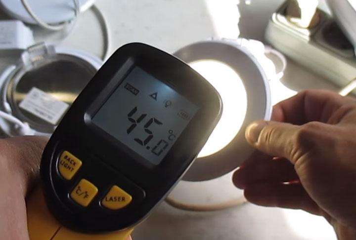 замер температуры нагрева светодиодной панели для монтажа в потолок