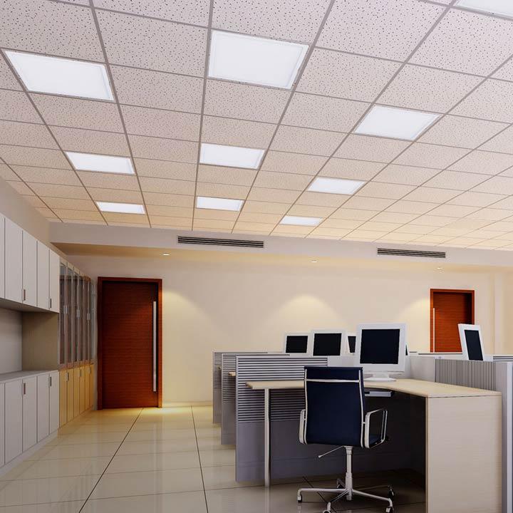 установка светодиодной панели в офисе