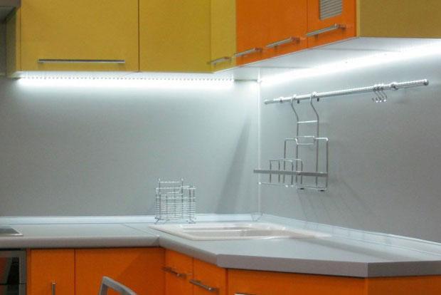 освещение светодиодной лентой рабочей зоны кухни