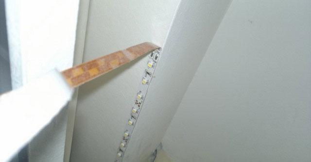 наклейка светодиодной ленты на клеевой слой