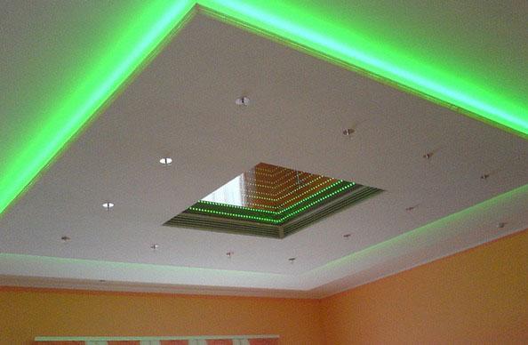 led подсветка в специальной нише на потолке
