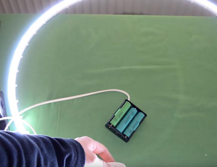 компактный маленький источник питания для светодиодной ленты от батареек