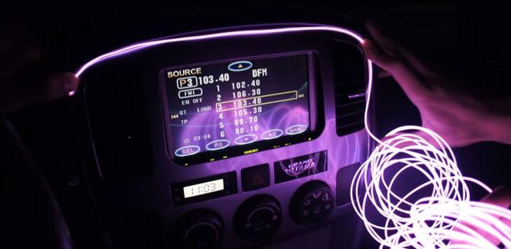 освещение панельной прибороной доски в автомобиле неоновым светом
