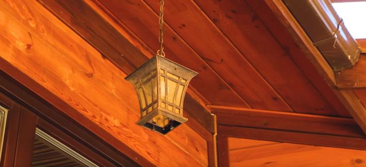 навесной светильник под крыльцом