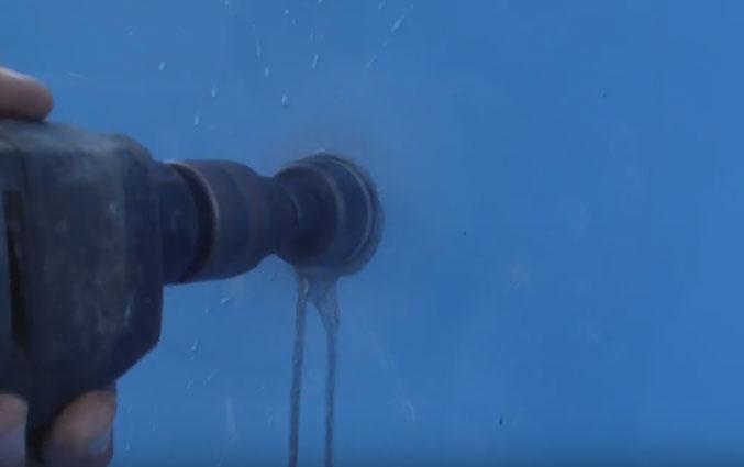 просверливание отверстия под светильнрик в бассейне для подводного фонаря
