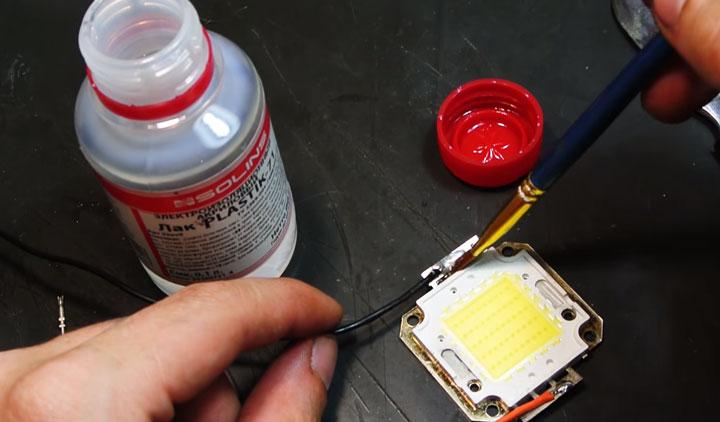 изолирование выводов светодиода лаком