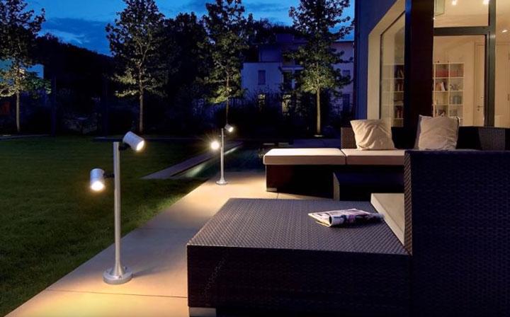 подсветка зоны отдыха на улице в загородном доме