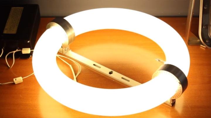 светящаяся колба индукционной лампы