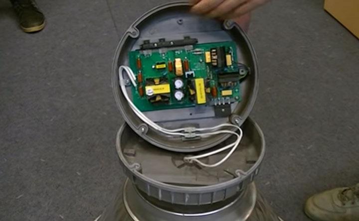блок управления и питания индукционной лампы изнутри