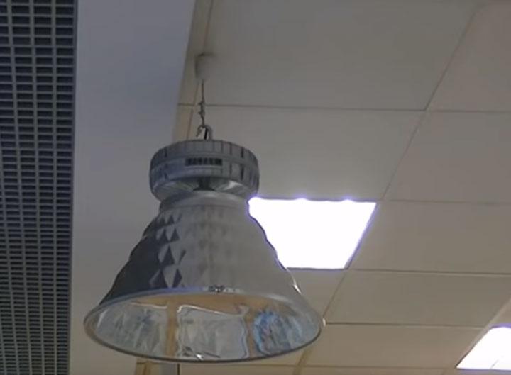 простой монтаж индукционного светильника под потолком