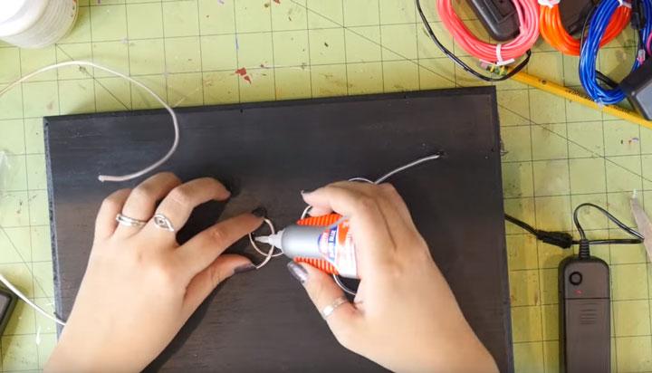 как закрепить неоновый свет на поверхности