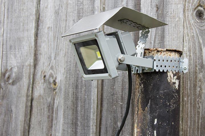 как защитить прожектор от влаги и дождя