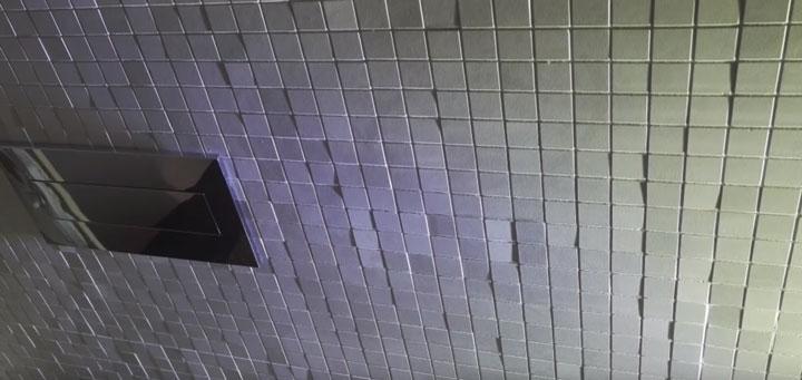 лампа с косым светом при укладке мозаики