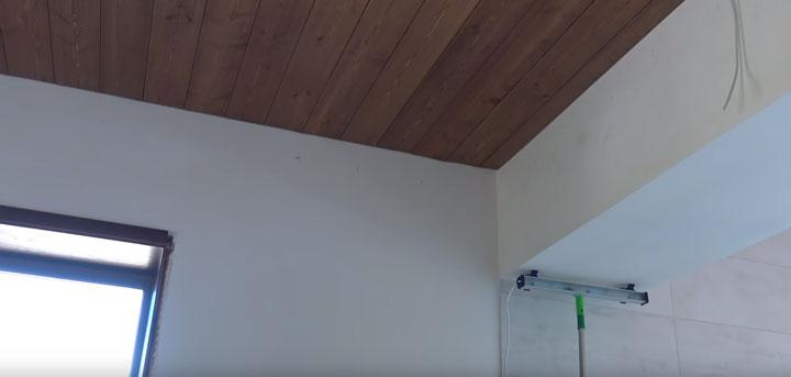отделка потолка с косым светом маляра