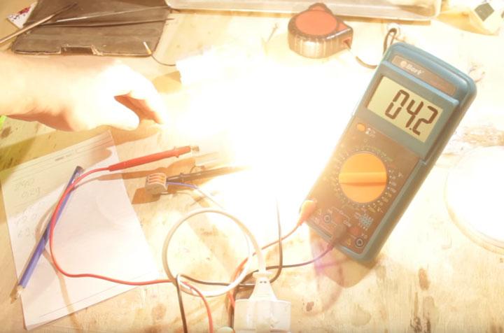 ток в цепи двух последовательно включенных лампочек накаливания