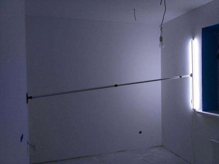 засветка и проверка стены лампой маляра