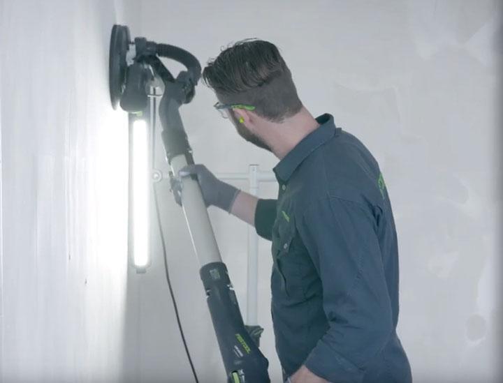 работа по затирке стен с лампой маляра Festool