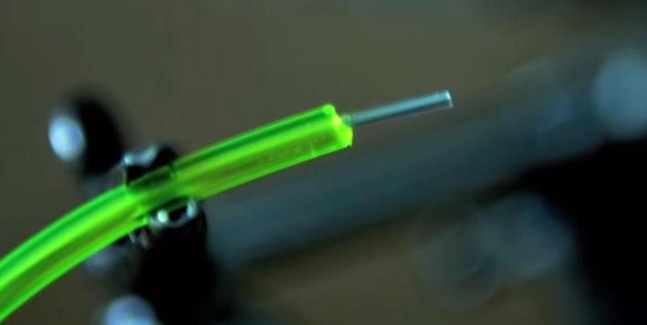 снятие изоляции с внешнего слоя неонового шнура